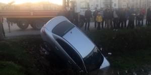 Otomobil su kanalına uçtu, sürücüyü vatandaşlar kurtardı