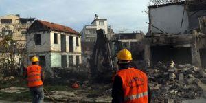 Mersin'de metruk binalar yıkılıyor