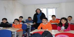 Emekli öğretmen, eğitime ve öğrencilere olan hasretini ücretsiz ders vererek gideriyor