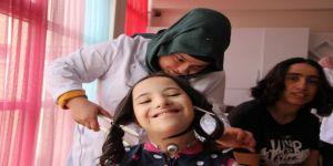 Özel öğrencilerin saç bakımı sevinci