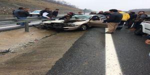 Kaygan yolda ilerleyen otomobil dehşet saçtı!