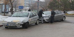 Çarptığı aracın sürücüsünün sınavdan çıkmasını bekledi!