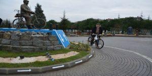 52 yıldır bisiklete binen vatandaşın heykeli dikildi