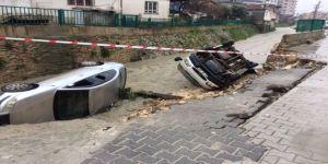 Aşırı yağmur nedeniyle yol çöktü, araçlar dereye düştü!