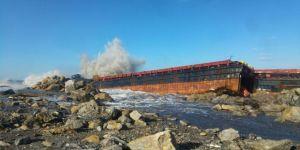 Dev dalgalara kapılan kuru yük gemisi karaya çıktı