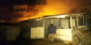 Alev alev yanan gecekondu mahalleliyi sokağa döktü!