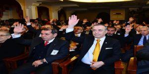 Dursun Özbek, rakibini tebrik edip salondan ayrıldı