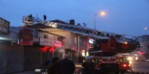 Binanın çatısından tehlikeli yangın!