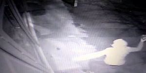 PTT şubesinin kapısını tekme ve taşla kıran soyguncu kamerada