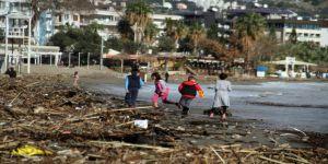 Fırtına, sahili çöplüğe çevirdi