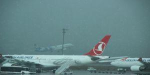 Atatürk Havalimanı'nda ilginç kar manzarası