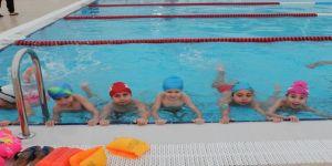 İzmit'te öğrenciler yüzme öğreniyor