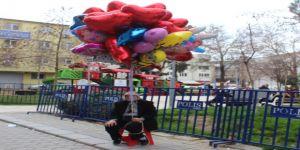 73 yaşındaki Melahat Nine, balon satarak evini geçindiriyor