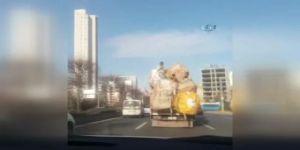 Yüklü kamyonet üzerinde tehlikeli yolculuk