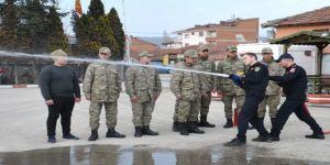 Belediye itfaiye ekiplerinden askerlere yangın söndürme eğitimi