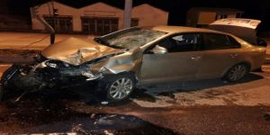 Otomobil trafik ışıklarına çarptı : 1 yaralı
