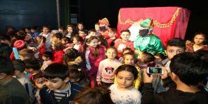 Başkan Özkan, çocuklarla tiyatro izledi