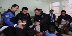 Polisten 262 öğrenciye destek