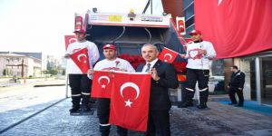Mehmetçik için bayrak ve karanfil dağıttı