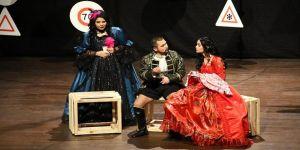 Çiftler 'Twitter fenomeni Romeo ve İnsta Girl Juliet' oyununu izledi