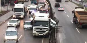 Hafriyat kamyonu iki aracı ezdi