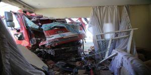 Çöp kamyonu eve girdi: 3 yaralı