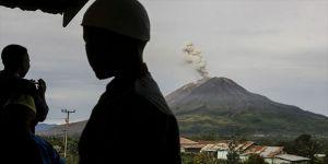 Sinabung Yanardağı kül püskürtüyor