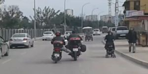 Yakıtı biten motosiklet sürücüsünden tehlikeli çözüm