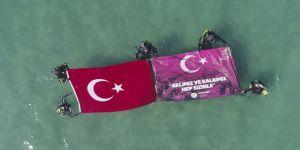 Dalgıçlar denizde Türk bayrağı açtı