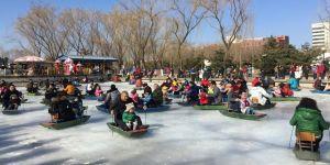 Çinliler bayramda parklara akın etti