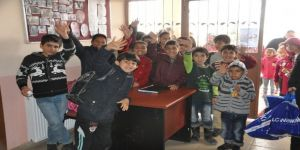 Aladağ'daki öğrencilere giysi yardımı
