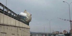 Tır yan yattı, trafik felç!
