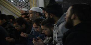 Namazda buluşan öğrenciler, Mehmetçik için dua etti
