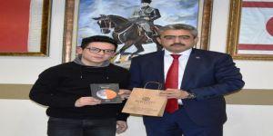 15 yaşındaki Furkan, kitabını Alıcık'a hediye etti