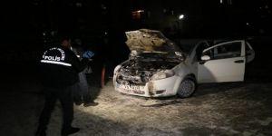 Yüzü maskeli kişi benzin dökerek aracı ateş verdi