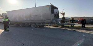 Dorsesi kopan tır zincirleme kazaya yol açtı: 16 yaralı