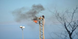 Elektrik direğinde korkutan patlama