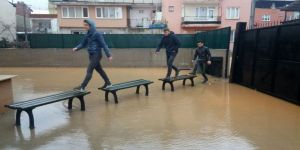 Göle dönen okul bahçesine banklardan ilkel köprü