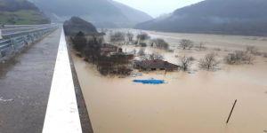 Sel vurdu, 300 kişiye ulaşılamıyor