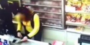 Kadın kasiyeri döve döve marketi soydular