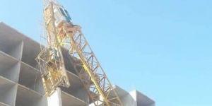 Kule vinç devrildi, operatör yaralandı