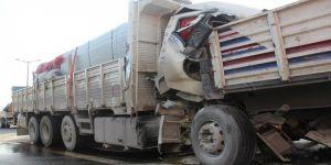 Tır ve kamyon çarpıştı sürücü 40 dakikada çıkarıldı