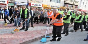 İşçiler iş bıraktı, sokakları Belediye Başkanı temizledi