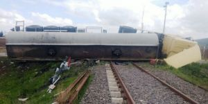 Asfalt yüklü tanker tren raylarına devrildi