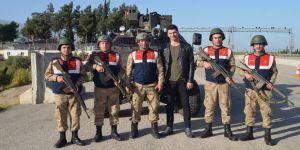 Ünlü oyuncudan Mehmetçiğe destek ziyareti