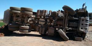 Hafriyat döken kamyon devrildi: 1 yaralı