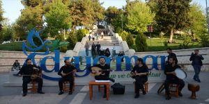 İranlı sanatçılardan sokak konseri