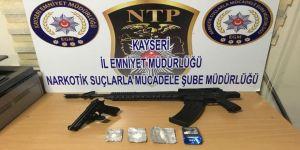 Uyuşturucu taciri tabanca ve tüfekle yakalandı