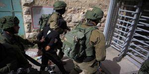 İsrail askerleri 10 yaşındaki çocuğu gözaltına aldı