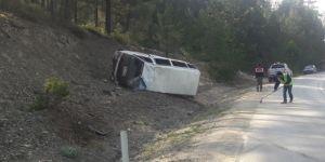 İşçileri taşıyan minibüs devrildi: 10 yaralı